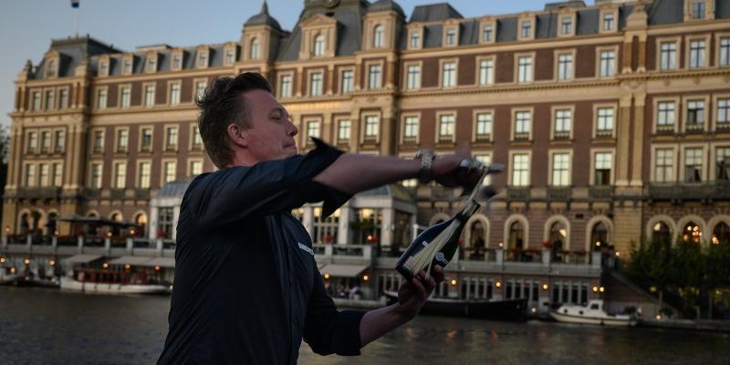 Leren sabreren en een champagneproeverij tijdens jouw verjaardagsfeest op rondvaart door de Amsterdamse grachten. Superleuk!