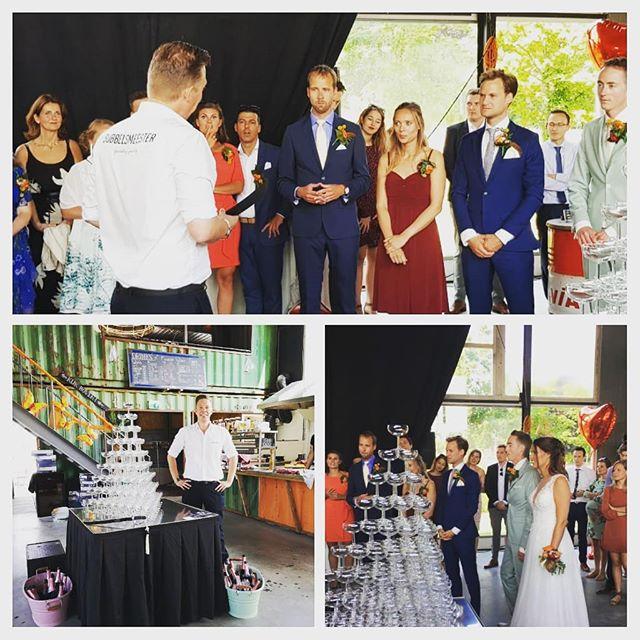 Bubbels Meester heeft een champagnetoren gebouwd tijdens een bruiloft