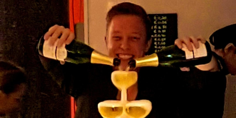 Bubbels meester schenkt een champagnetoren bij