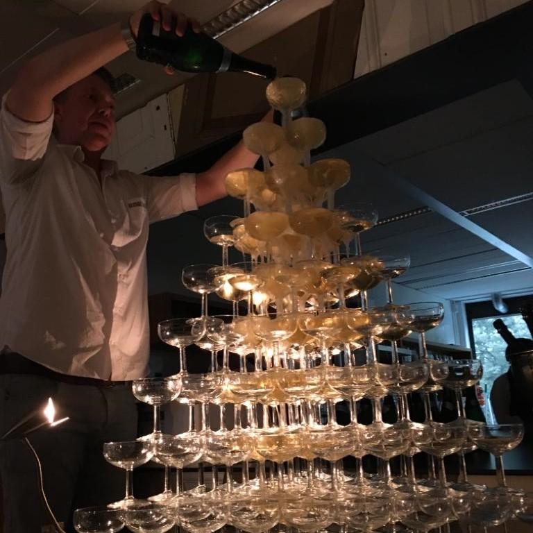 Bubbels Meester tijdens het bijvullen van een Champagne fontein