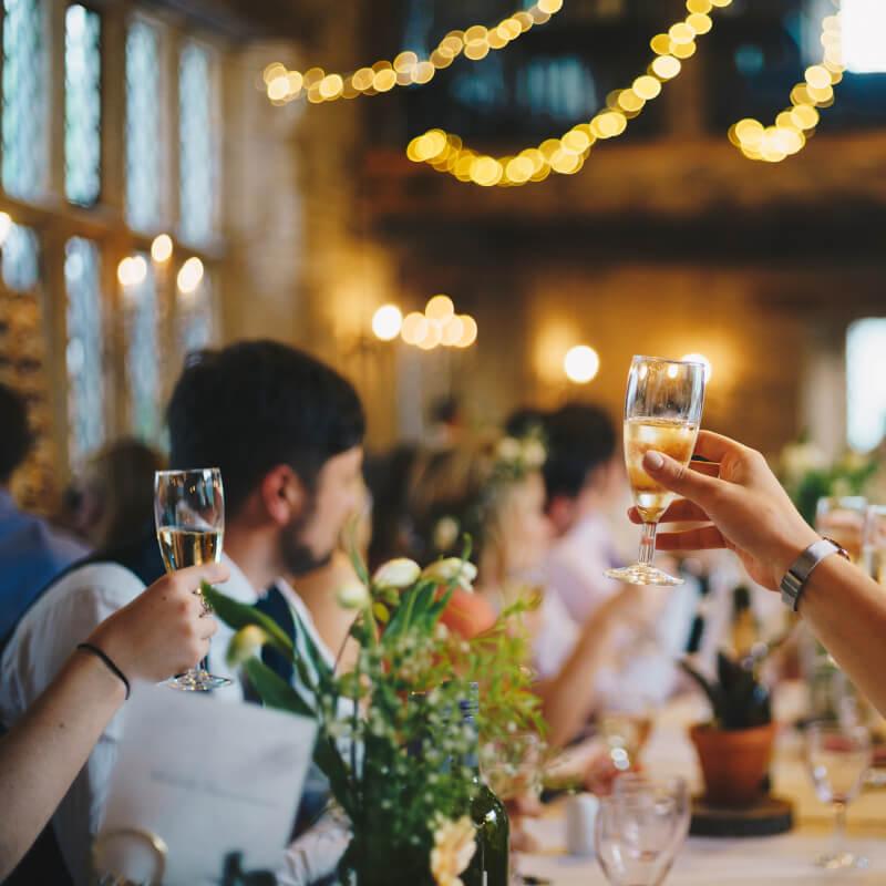 Toasten met champagne op je bruiloft! Laat Bubbels Meester de champagne tijdens je bruiloft organiseren