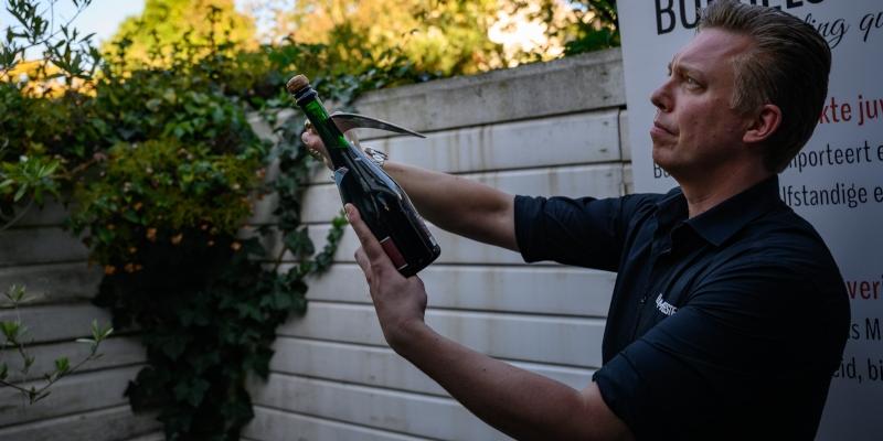 Bubbels Meester is jouw sabreur tijdens een workshop sabreren en Bubbelproeverij