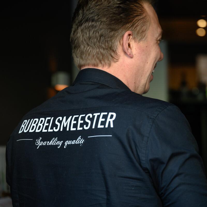 Bubbels Meester verzorgd de biologische wijnproeverij met veel passie