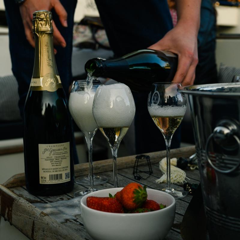 Champagneproeverij op een boot door de Amsterdamse grachten. Bubbels Meester