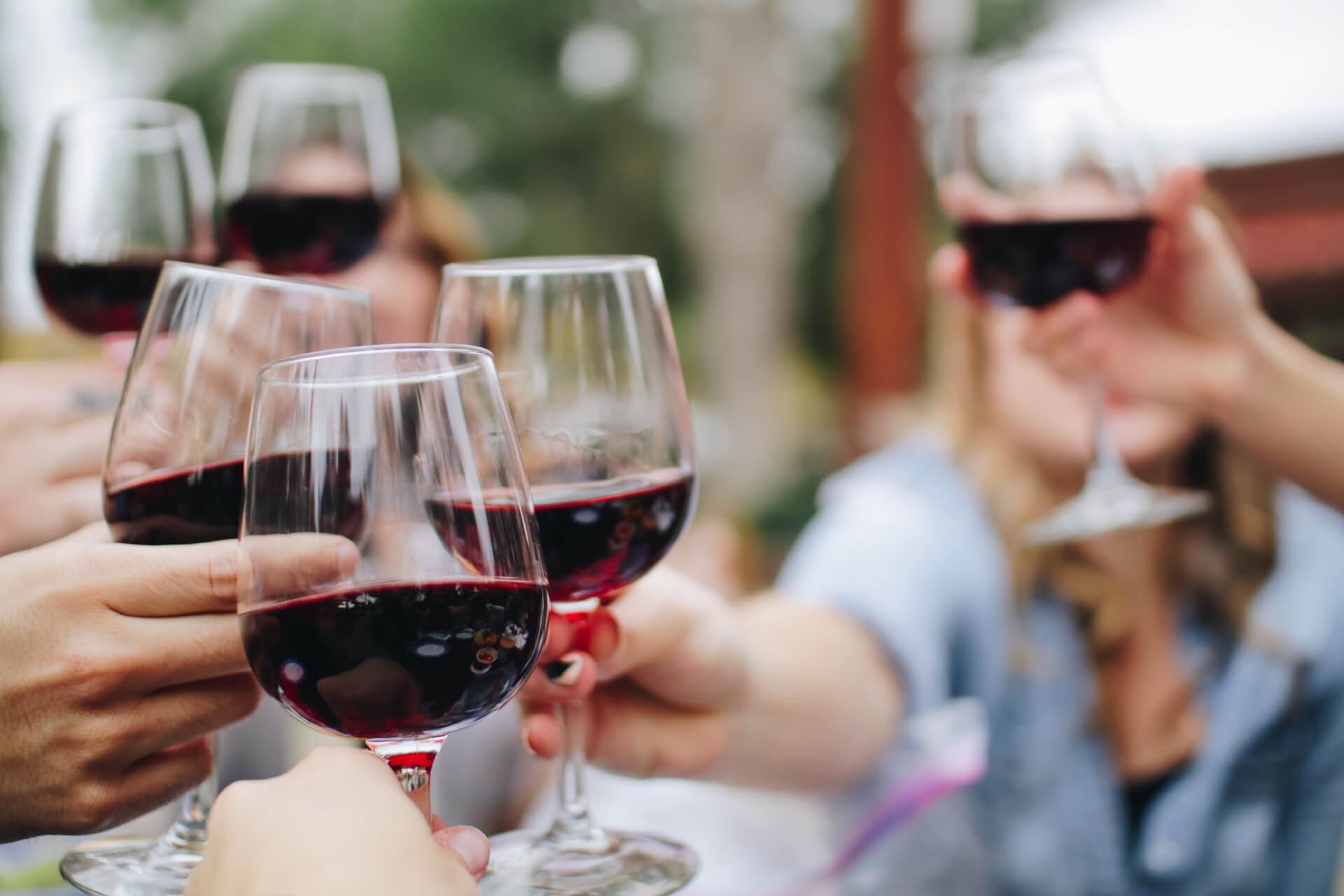Organiseer een lekker personeelsuitje met Bubbels Meester. Workshop sabreren of een wijn- of champagneproeverij!