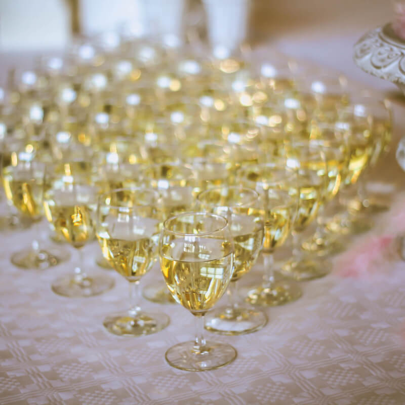 Toasten met champagne op je bruiloft. Laat Bubbels Meester de champagne verzorgen!