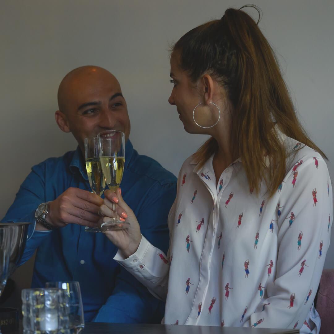 Tijdens de internationale bubbelproeverij staat gezelligheid en verbinden hoog in het vaandel!